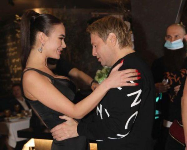 """""""Наконец-то"""": Баскова застукали в объятиях известной актрисы. Оба не стеснялись своей страсти"""