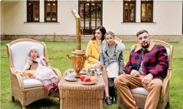 Баста с семьей у своего дома