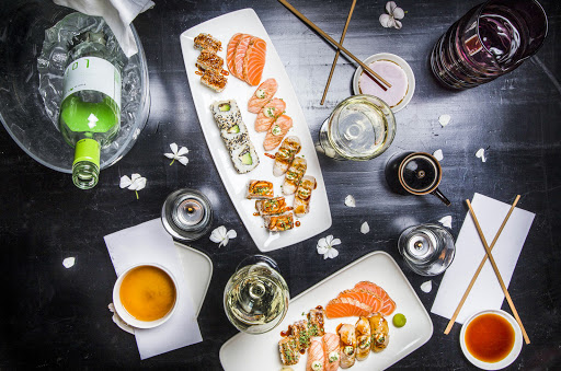 Стол с роллами и суши