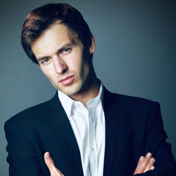 «И правда, очень похож»: известного актёра считают внебрачным сыном Абдулова. Кто он?
