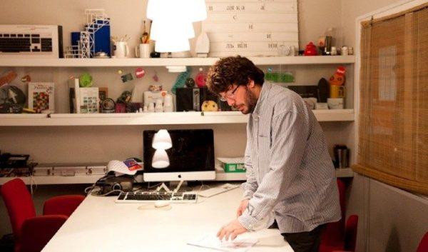 Артемий Лебедев в своем кабинете