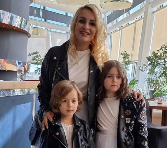 Анэтта Кушнарева с дочками