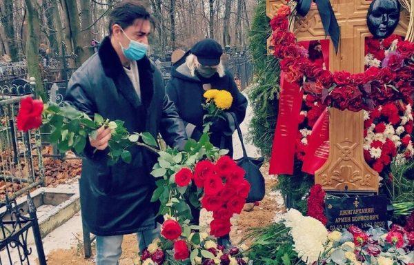 На могиле Армена Джигарханяна