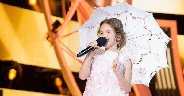 Девочка с зонтиком поет