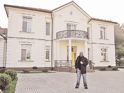 Михаил Шуфутинский на фоне своего дома