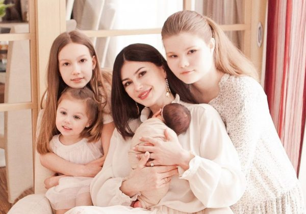 Ольга Ушакова с дочками