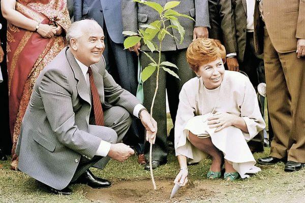 Михаил Горбачёв с женой Раисой. Фото