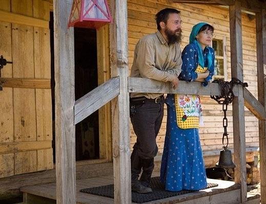 Герман Стерлигов с женой на крыльце своего дома