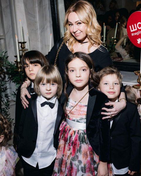 Яна Рудковская с сыном Сашей, Арсением Аршавиным, Аллой-Викторией и Мартином Киркоровыми
