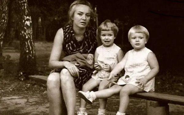 Ольга и Анна Копосовы с матерью