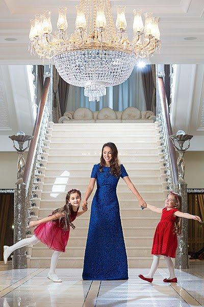 Алсу с дочками в доме на Рублёвке