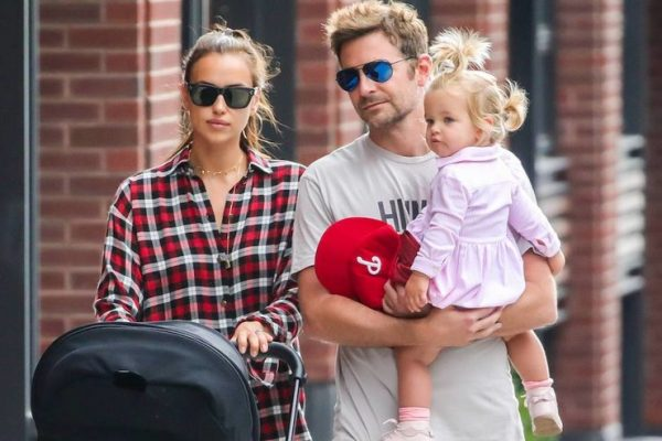Ирина Шейк и Бредли Купер на прогулке с дочкой
