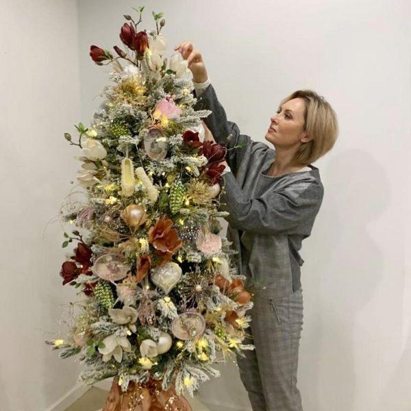 Елена Ксенофонта украшает ёлку