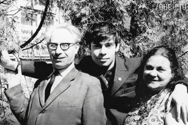 Ефим Шифрин с родителями. Фото uznayvse.ru