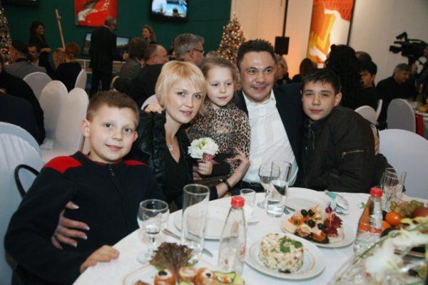 Костя Дзю с Натальей Аникиной и детьми