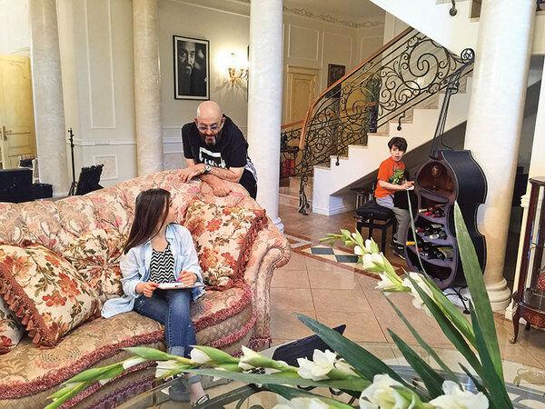 Шуфутинский с внуками в домашней обстановке