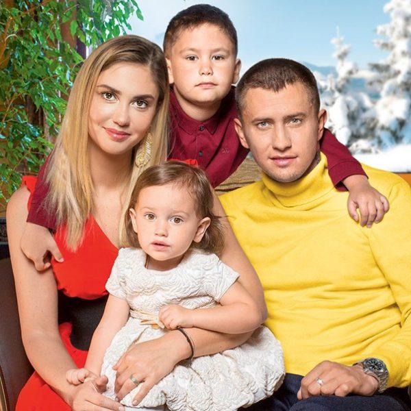 Агата Муцениеце и Павел Прилучный с детьми