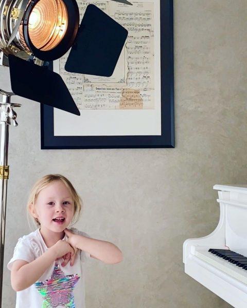 Дочь Николаева любит музицировать в юрмальской квартире