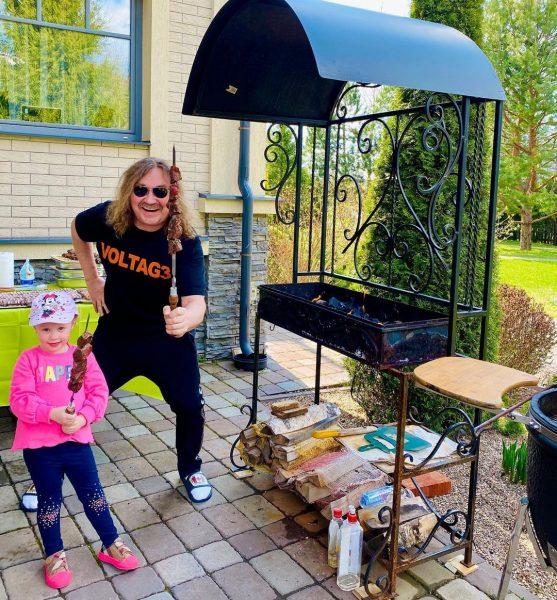 Игорь Николаев с дочкой жарят шашлыки