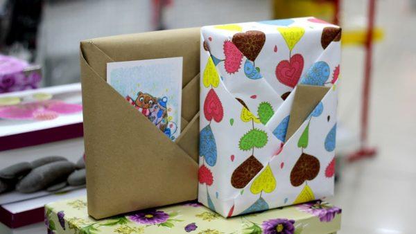 Упаковка книг с кармашками для открытки