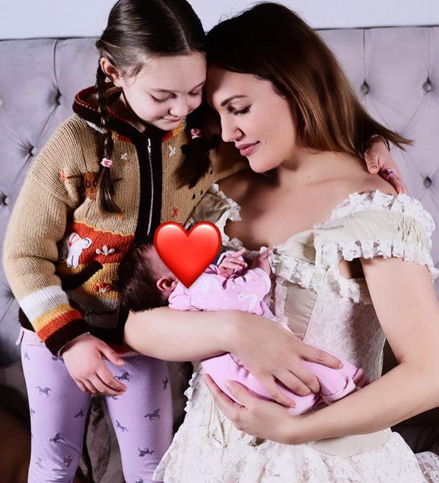 Мерьем Узерли с дочками