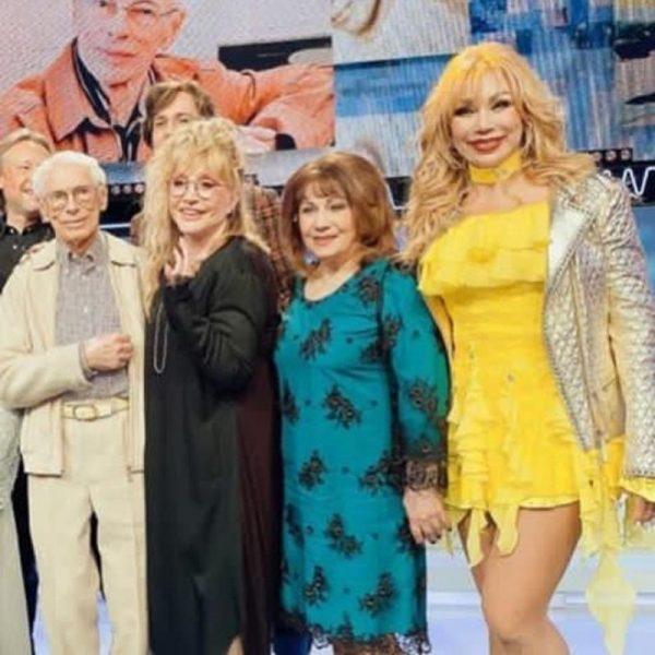Что за сборище старушечьих нарядов? - пользователи Сети посетовали на старомодную одежду знаменитостей в программе Максима Галкина