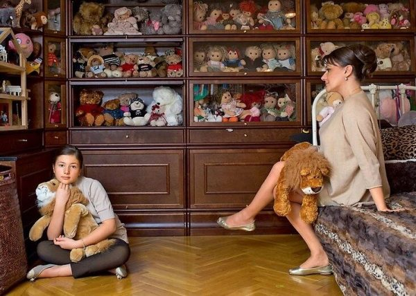 Анастасия Мельникова с дочерью в детской комнате