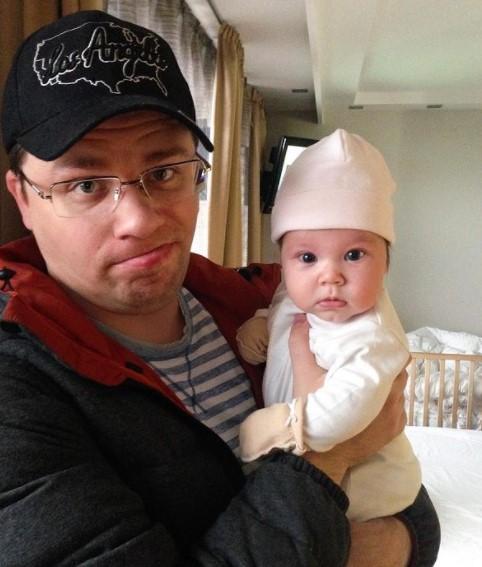 Гарик Харламов показал новорожденную дочь