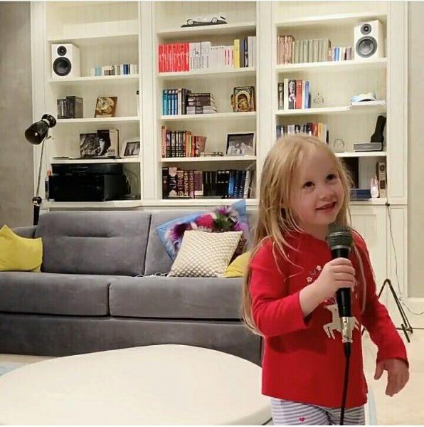 Дочь Николаева Вероника в домашней обстановке