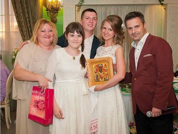 На фото Юлия Сулес, дочь Варвара, молодожёна и муж Юлии Евгений
