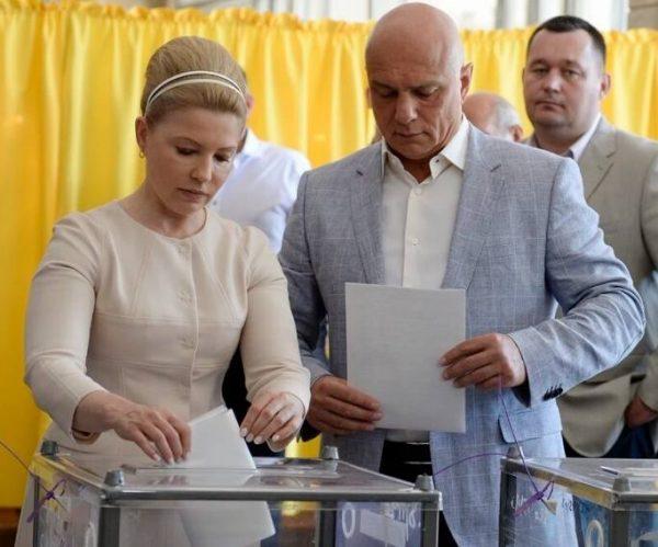 Юлия Тимошенко с мужем на выборах 2014 года. Фото tsn.ua