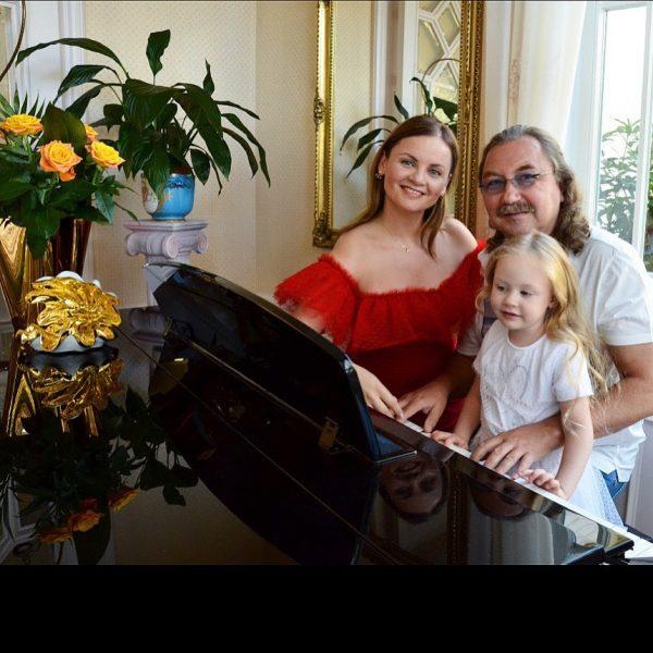 Игорь Николаев дома в Подмосковье с семьёй