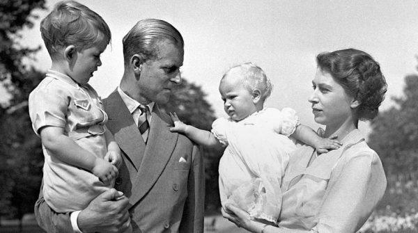 Семейное фото Елизаветы II и принца Филипп