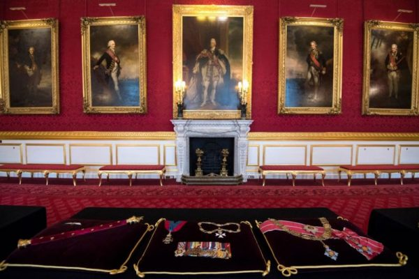 ПОдушки с наградами принца Филиппа. Фото GETTY IMAGES