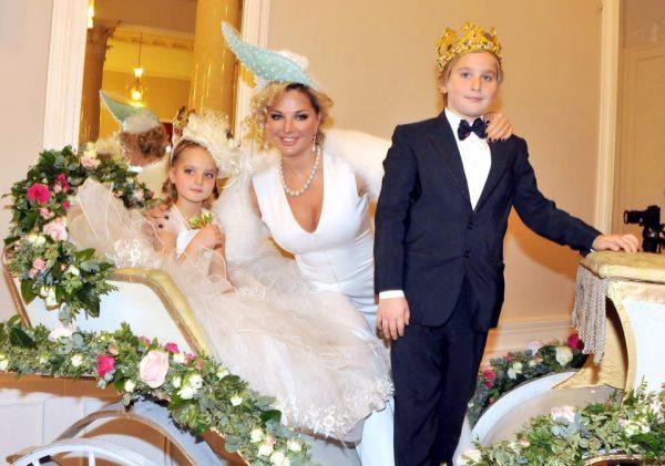 Мария Максакова с детьми на Балу для принцев и принцесс