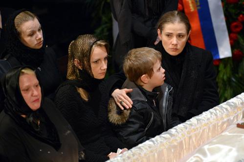 Похороны Золотухина. Две жены рядом. Фото ТАСС