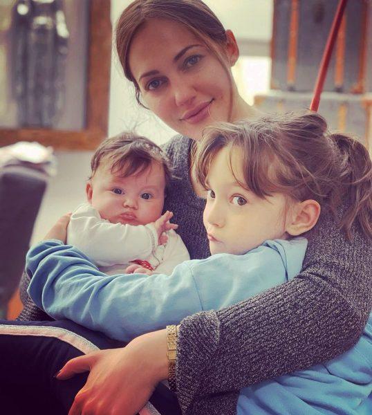 Мерьем Узерли с дочурками