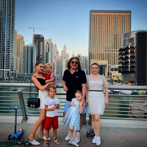 Семья Николаева и подруга с детьми в Дубаи.