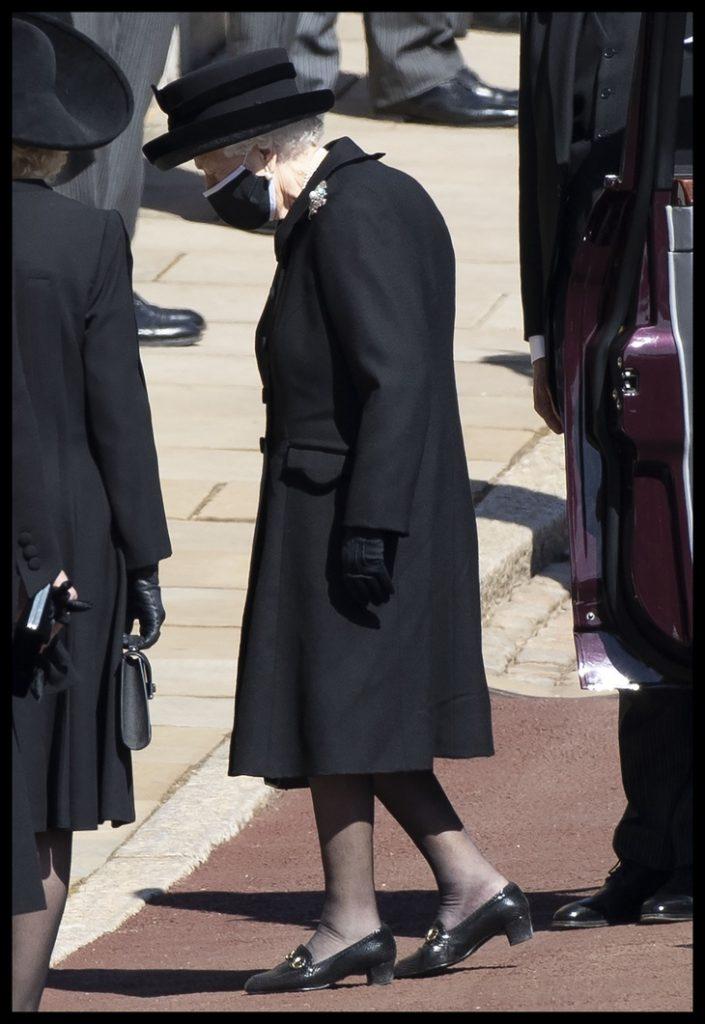 Королева выходит из автмобиля у часовни св. Георгия