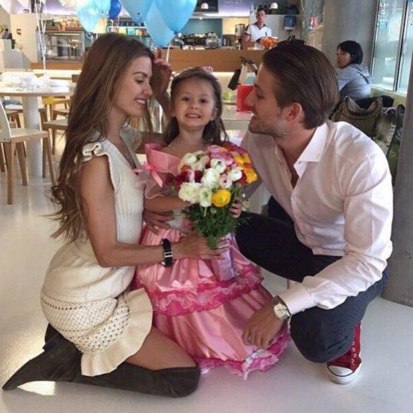 Виктория Боня с Александром Смерфетом и дочкой