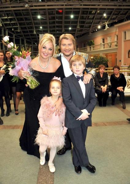 Мария с детьми и Николаем Басковым