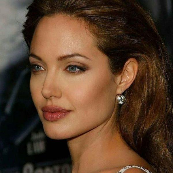 Унылая картина - Джоли показала лоб в прыщах и морщинах