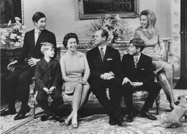 принц Филипп, королева Елизавета с детьми и внуками