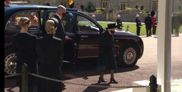 Королева выходит из автмобиля у часовни св. Герогия