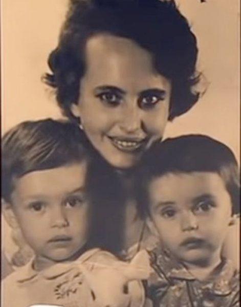 Ирина Безрукова в детстве с мамой и сестрой