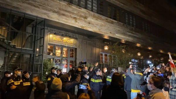 Беспорядки перед грузинской гостиницей, в которой остановился Владимир Познер