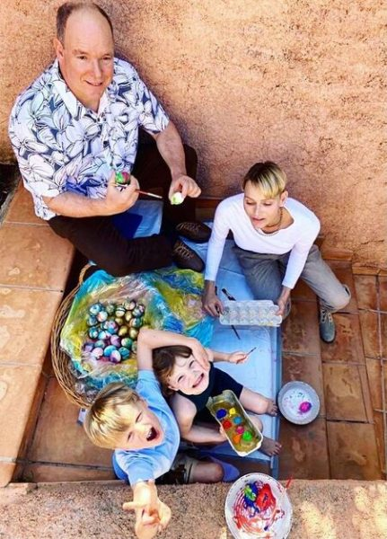 Княгиня Монако Шарлен с мужем и детьми готовятся к Пасхе (фото)