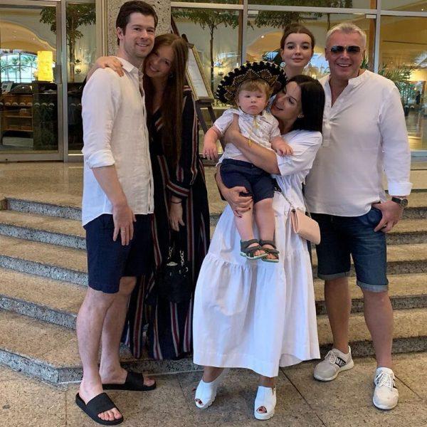 Екатерина Стриженова с мужем, детьми, зятем и внуком