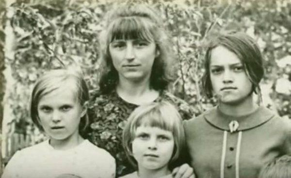 Надежда Кадышева в детстве с сёстами