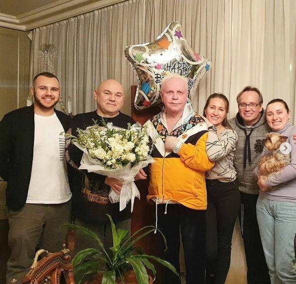 В Сети всплыло фото танцующего среди красивых девушек Бориса Моисеева